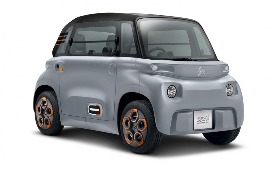 Plutôt insolite la nouvelle Citroën Ami ! Accessible sans permis dès 14 ans, en raison de sa vitesse maximum limitée à 45 km/h, elle se limite à un usage exclusivement urbain 🙂