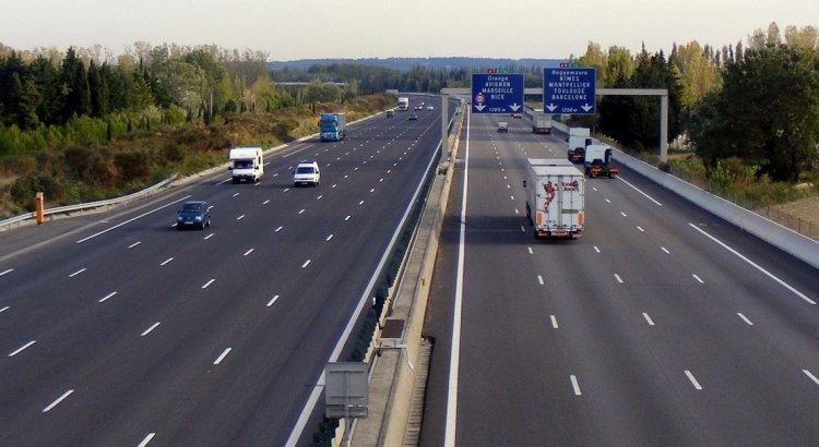 Voie du milieu sur autoroute : que dit la loi ?